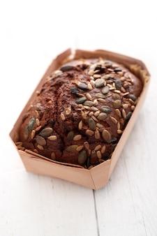 Pane fatto in casa con cereali in una scatola