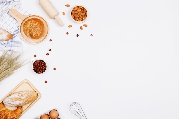 Pane fatto in casa o panino, croissant e ingredienti da forno