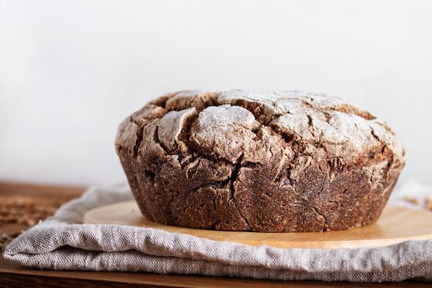 Pane fatto in casa senza lievito con grano intero di segale e grano