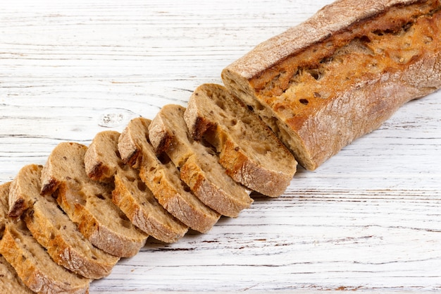 Pane francese, baguette affettata sul tagliere