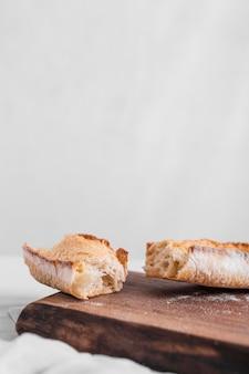 Pane fresco con tagliere