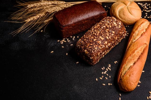 Pane fresco e fragrante con cereali e coni