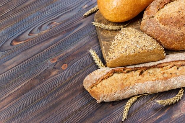 Pane fresco e grano sul legno. vista dall'alto con lo spazio della copia
