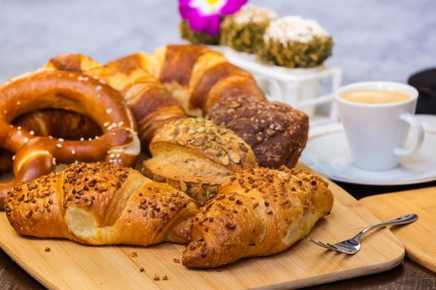Pane fresco e profumato con e caffè bellissimo fiore è una buona colazione per il corpo sul tavolo.