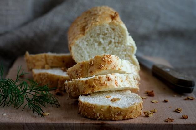 Pane fresco fragrante fatto in casa su una tavola