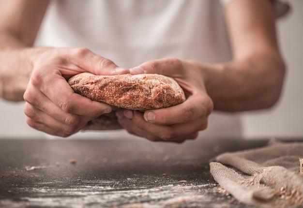 Pane fresco in primo piano delle mani sopra