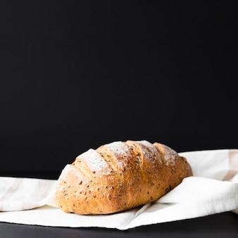 Pane fresco isolato su fondo e panno neri