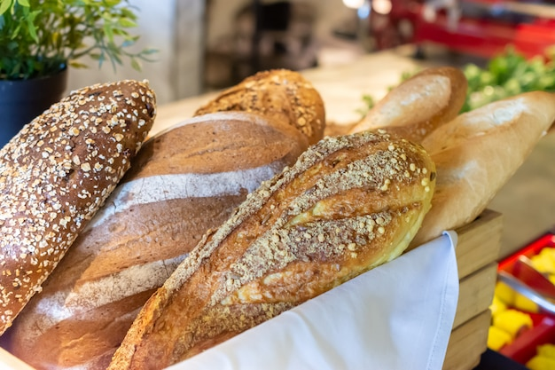 Pane fresco nel cestino sul tavolo