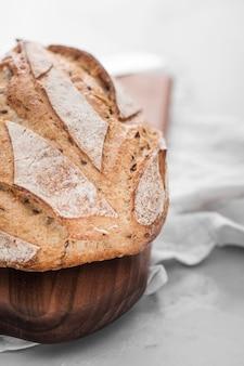 Pane fresco sul tagliere
