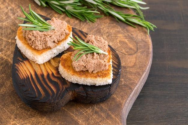 Pane fritto con patè di carne a forma di cuore.