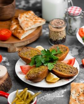 Pane fritto ripieno di carne macinata e pomodoro