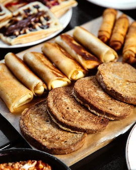 Pane grigio e frittelle con waffle