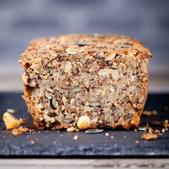 Pane integrale con semi su un piatto di pietra