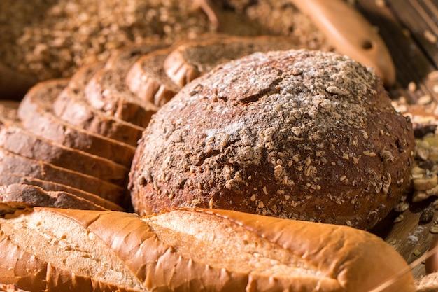Pane integrale e avena sul tavolo di legno.