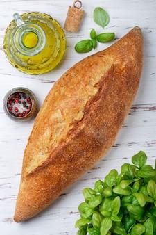 Pane integrale fatto in casa appena sfornato. un'intera pagnotta sul tavolo. stile rustico.