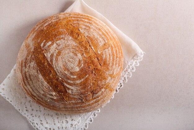 Pane integrale fresco fatto in casa sul tavolo