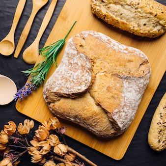 Pane italiano su tavola di legno