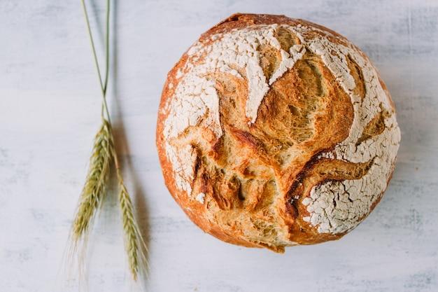 Pane mediterraneo un grano su uno sfondo bianco chiamato pan de payes o pa de pages.