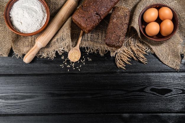 Pane misto a lievitazione naturale fatto in casa di grano integrale di segale