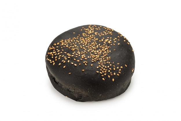 Pane nero dell'hamburger isolato su bianco.