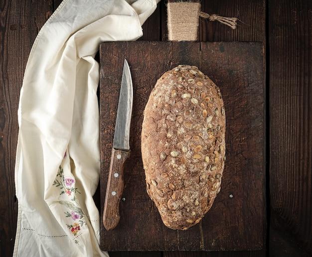 Pane ovale al forno a base di farina di segale con semi di zucca