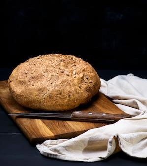 Pane rotondo di farina di segale con semi di girasole