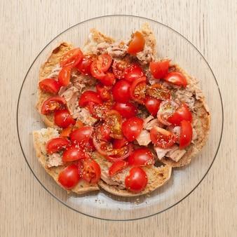 Pane secco chiamato freselle con tonno e pomodori