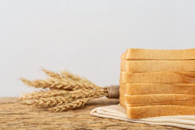 Pane su un tavolo di legno su un vecchio pavimento di legno.