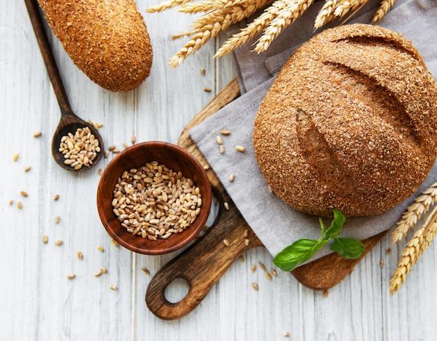 Pane su una vecchia tavola di legno bianca