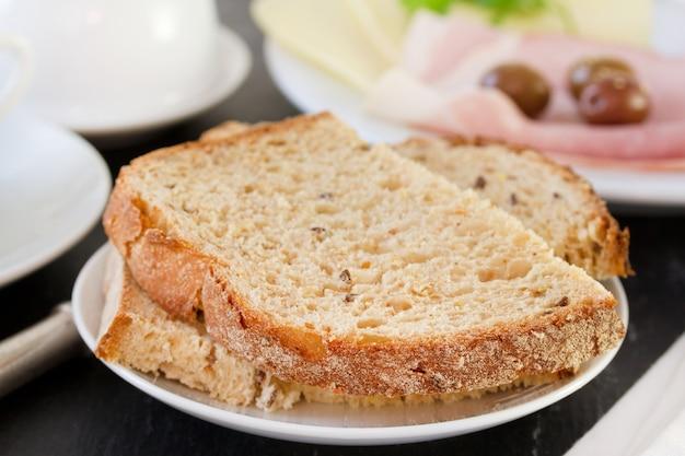 Pane sul piatto bianco