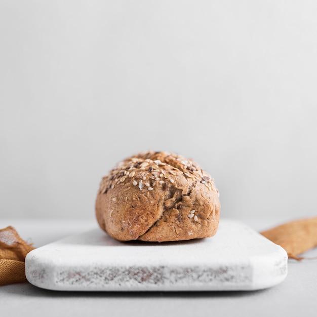 Pane sul tagliere di marmo