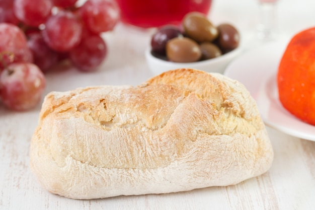 Pane sul tavolo bianco