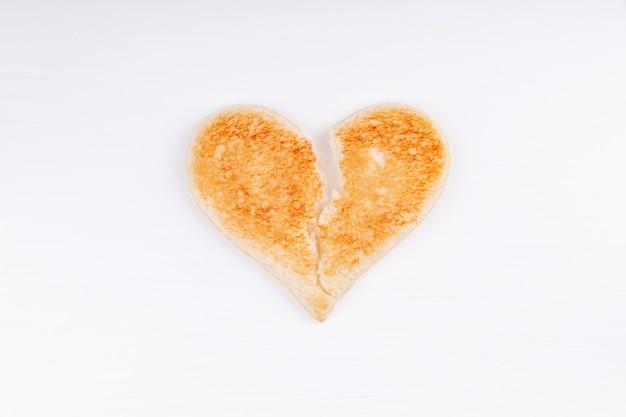 Pane toast simbolo del cuore spezzato, divorzio, rottura, concetto di relazione infelice