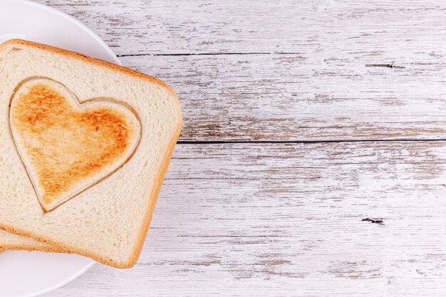 Pane tostato a cuore tagliato, buon san valentino, colazione con amore