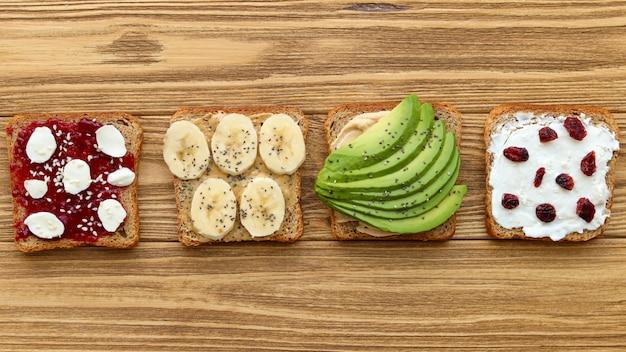 Pane tostato assortito per colazione, vista dall'alto di cibo sano