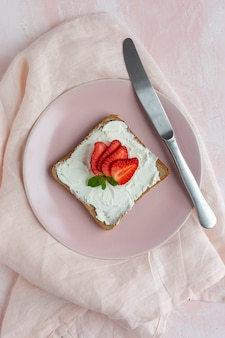 Pane tostato con formaggio fresco e fragole