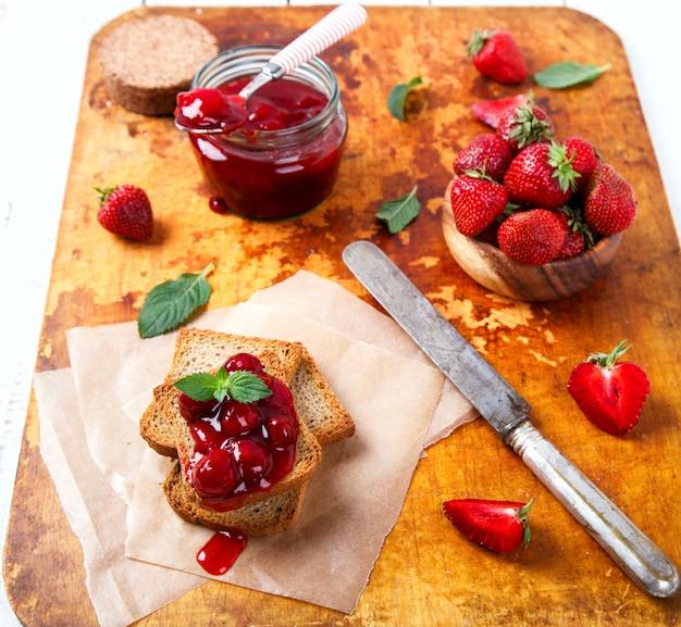 Pane tostato con marmellata di fragole