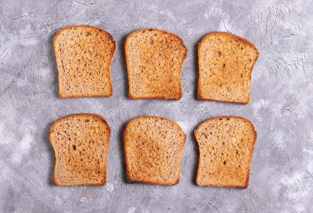 Pane tostato croccante su sfondo grigio