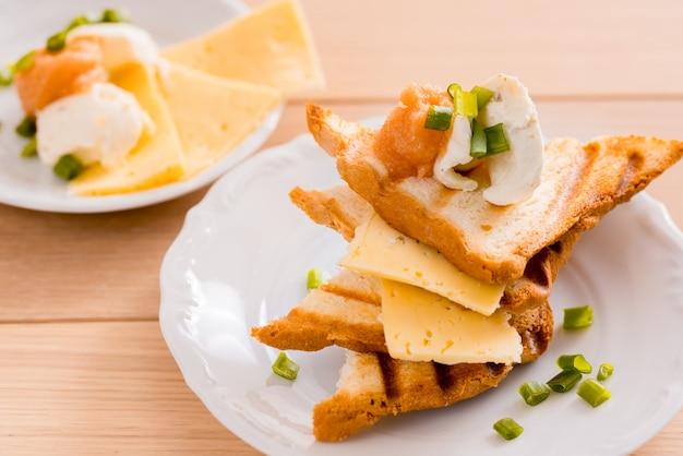 Pane tostato della prima colazione con formaggio su un piatto
