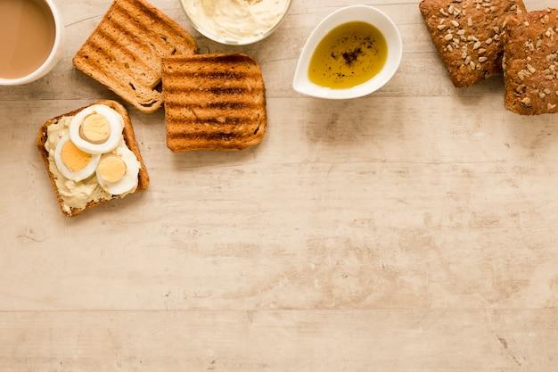 Pane tostato e uova sode con copia spazio