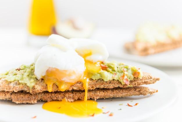 Pane tostato integrale e uovo in camicia con purè di avocado e cap