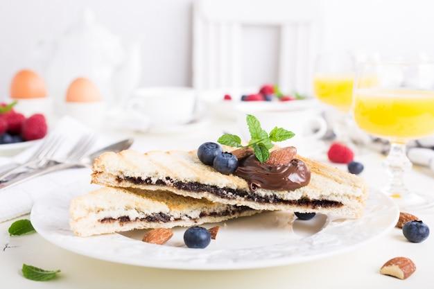 Pane tostato per colazione con pasta di noci di cioccolato