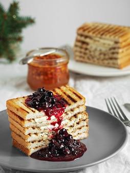 Pane tostato, toast con burro e marmellata di bacche fatta in casa. avvicinamento.