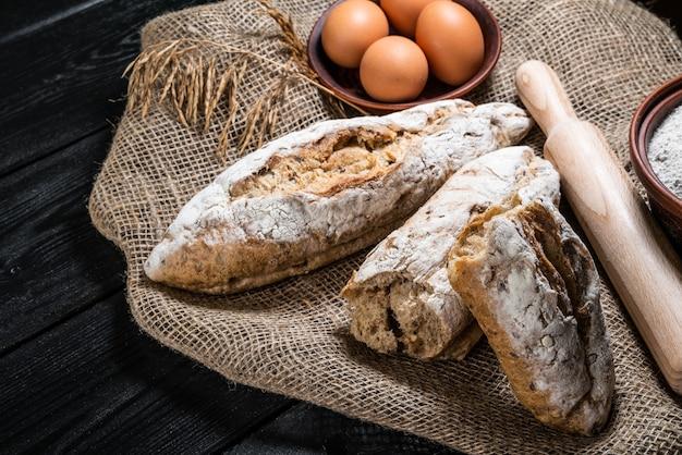 Pane tradizionale appena sfornato sulla tavola di legno
