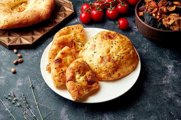 Pane turco (ramazan pidesi) - lussureggiante ekmek e pita su un piatto bianco. focacce di ramadan