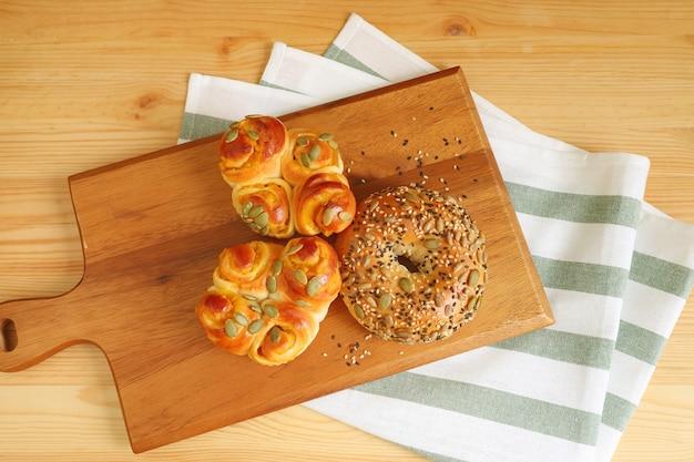 Pani assortiti fatti in casa sul vassoio di legno con un panno da cucina