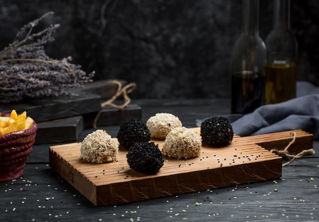 Panini al cioccolato ricoperti di tartufi su una tavola di legno