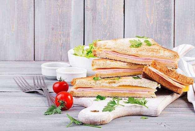 Panini club sandwich con prosciutto, formaggio e insalata