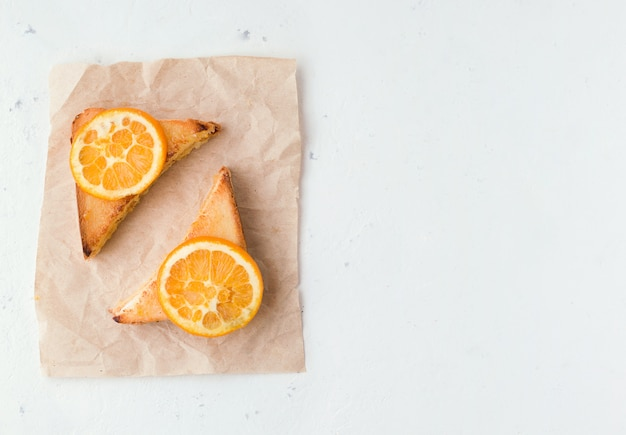 Panini con marmellata di arance su bianco c'è un posto per il testo