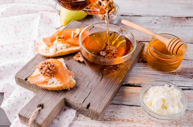 Panini con marmellata di ricotta e pere